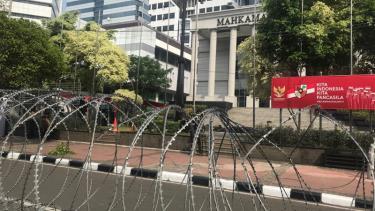 Hàng rào thép gai được dựng trước cửa Toà hiến pháp.