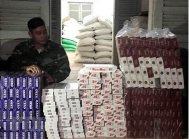 Cán bộ, chiến sỹ Đồn Biên phòng cửa khẩu quốc tế Tịnh Biên kiểm đếm tang vật thu được.
