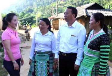 Lãnh đạo Hội Phụ nữ huyện Trạm Tấu và xã Bản Mù trao đổi với hội viên về công tác phát triển đảng viên nữ.