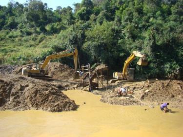 Một mỏ khai thác khoáng sản ở Yên Bái.