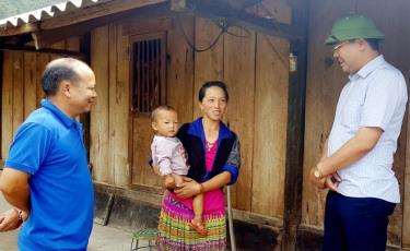Đồng chí Nông Việt Yên - Bí thư Huyện ủy Mù Cang Chải (bên phải) nắm bắt công tác phát triển đảng viên nữ nông thôn ở xã Nậm Khắt.