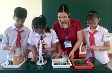 Cô giáo Nguyễn Thị Nhẫn hướng dẫn học sinh làm thí nghiệm.