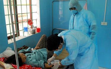 Cán bộ, y, bác sỹ luôn phải tiếp xúc với nhiều trường hợp bị bệnh lây nhiễm trong khi điều trị cho bệnh nhân.