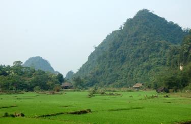 Địa hình đồi núi dốc, nhiều sông suối, hiện Lục Yên còn nhiều tiềm ẩn nguy cơ sạt lở đất, đá. Ảnh MQ