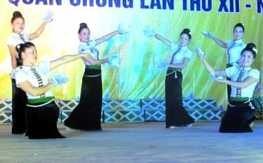 Một tiết mục văn nghệ được biểu diễn vào tối thứ 7 tại Trung tâm Văn hóa - Thể thao thị xã Nghĩa Lộ.
