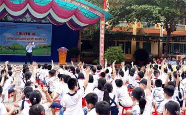 Học sinh Trường Tiểu học Kim Đồng phối hợp tổ chức sinh hoạt chuyên đề KNS Internet an toàn với học sinh tiểu học.