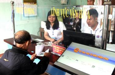 Cán bộ xã Đồng Khê, huyện Văn Chấn giải quyết TTHC cho người dân.