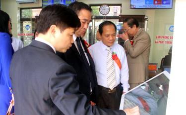 Các đồng chí lãnh đạo tỉnh và huyện Yên Bình kiểm tra hoạt động Bộ phận Phục vụ hành chính công huyện Yên Bình.