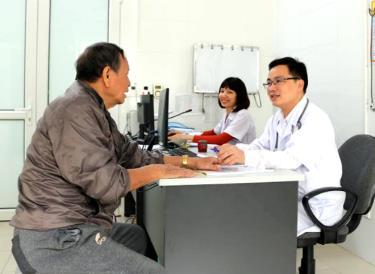 Cán bộ, bác sĩ Khoa Nội - Bệnh viện Đa khoa Hữu nghị 103 khám sức khỏe cho bệnh nhân.