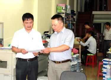 Cán bộ Đội thuế phường Đồng Tâm, Chi cục Thuế thành phố Yên Bái hướng dẫn người nộp thuế kê khai thuế. (Ảnh: Quang Thiều)