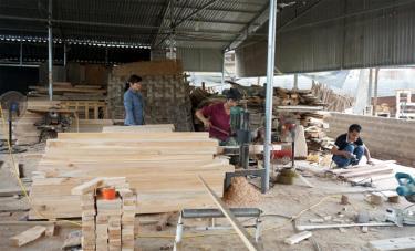 Xưởng sản xuất đồ gỗ của anh Huynh.