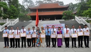 Lãnh đạo Đảng ủy Khối các cơ quan tỉnh trao giấy khen cho các tập thể điển hình tiên tiến trong thực hiện Chỉ thị số 05.