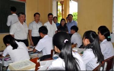 Đồng chí Dương Văn Tiến - Phó Chủ tịch UBND tỉnh cùng Đoàn công tác kiểm tra công tác chuẩn bị cho kỳ thi THPT Quốc gia năm 2019 tại điểm thi Trường Phổ thông Dân tộc nội trú THPT Miền Tây