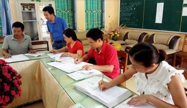 Giáo viên Trường THPT thị xã Nghĩa Lộ chuẩn bị những khâu cuối cùng cho học sinh bước vào Kỳ thi THPT quốc gia năm 2019.