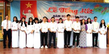 Khen thưởng học sinh có thành tích học tập tốt năm học 2018 - 2019 ở Trường THPT Hoàng Văn Thụ (Lục Yên).