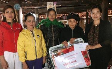 Chị Triệu Thị Minh Hiền (bên phải) trao quà tết năm 2020 của Hội Nữ doanh nhân tỉnh cho gia đình có hoàn cảnh khó khăn.