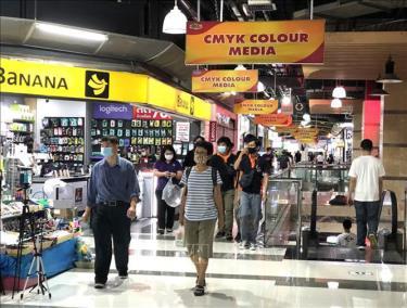 Người dân thủ đô Bangkok đi mua sắm sau khi các biện pháp phong tỏa để phòng chống Covid-19 được nới lỏng.