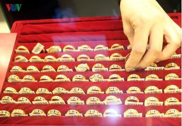 Giá vàng vẫn duy trì mức cao, giao dịch mua bán cầm chừng.