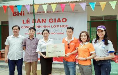 Đại diện Đoàn Apollo Chapter-BNI Hà Nội 2 trao tấm biển bàn giao công trình cho Trường Mầm non Mỏ Vàng.