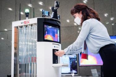 Hàn Quốc ra mắt robot ngăn ngừa Covid-19.