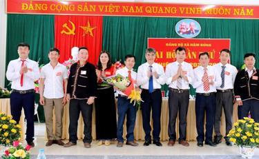 Đồng chí Chu Đình Ngữ - Bí thư Huyện ủy Văn Chấn chúc mừng thành công Đại hội Đảng bộ xã Nậm Búng.