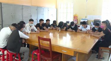 Các đối tượng vi phạm trật tự an toàn giao thông tại Công an thành phố Yên Bái.