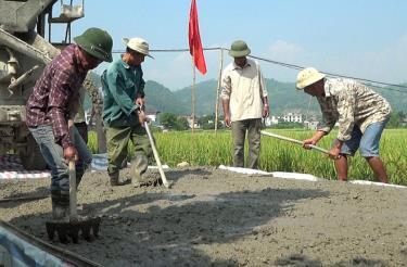Nông dân Văn Chấn thi đua lao động chào mừng đại hội Đảng các cấp. (Ảnh: T.L)