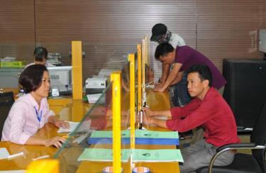Cán bộ Phòng giao dịch Ngân hàng Chính sách xã hội huyện Lục Yên đẩy mạnh việc học tập và làm theo Bác trong giao tiếp, ứng xử với nhân dân.