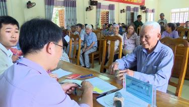 Người dân thôn Đình Xây, xã Báo Đáp, huyện Trấn Yên nhận tiền hỗ trợ khó khăn do ảnh hưởng bởi dịch COVID-19. Ảnh Minh Huyền