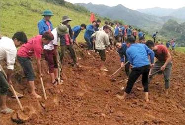 Đoàn viên thanh niên xã Nậm Có tham gia khai hoang ruộng bậc thang.