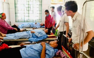 Hội Chữ thập đỏ huyện Vị Xuyên cùng đại diện chính quyền sở tại đến thăm hỏi các nạn nhân tại bệnh viện.