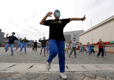 Các bác sỹ, y tá, người tình nguyện tham gia tập thể dục cùng các bệnh nhân ở một khu cách ly ở Indonesia.
