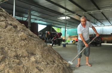 Ông Nguyễn Xuân Tĩnh chuẩn bị nguyên liệu cho vụ trồng nấm mới.
