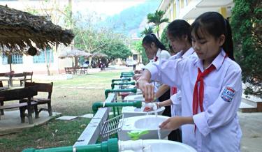 Các em học sinh Trường THCS Sơn Thịnh, huyện Văn Chấn rửa tay 6 bước.