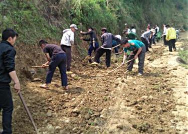Người dân huyện Trạm Tấu tích cực tham gia làm đường giao thông nông thôn.