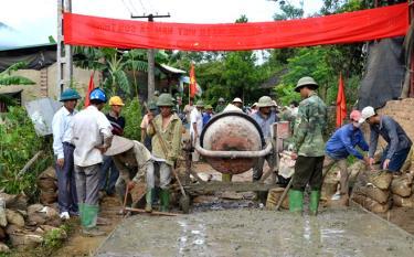 Nhân dân huyện Văn Yên bê tông hóa đường giao thông nông thôn.