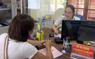 Cán bộ Văn phòng Cấp ủy và chính quyền huyện Trấn Yên làm việc tại Bộ phận Phục vụ hành chính công cấp huyện tiếp công dân đến giao dịch.