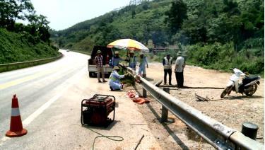 Tổ công tác liên ngành huyện Văn Yên phối hợp với Công ty Vận hành và Bảo trì đường cao tốc Việt Nam đóng các điểm phá dỡ tôn lượn sóng và hàng rào B40 trên cao tốc Nội Bài - Lào Cai.