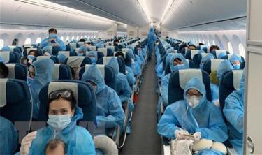 Tất cả hành khách được phát và phải mặc đồ bảo hộ trong suốt chuyến bay từ Vương quốc Anh về Việt Nam.
