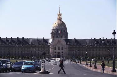 Cảnh vắng vẻ trên một đường phố ở Paris, Pháp.