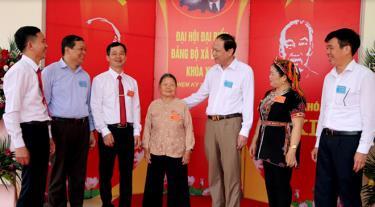 Đồng chí Nguyễn Dũng Giang - Phó Bí thư Thường trực Huyện ủy (thứ 3, phải sang) trao đổi với các đại biểu dự Đại hội đại biểu Đảng bộ xã Bảo Ái, nhiệm kỳ 2020 - 2025.