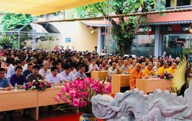 Các đại biểu và đông đảo các tăng ni, phật tử tham gia Đại lễ Phật đản tại chùa Tùng Lâm