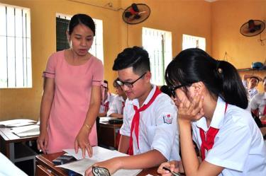 Cô và trò Trường THCS thị trấn Yên Bình tăng tốc ôn luyện cho học sinh lớp 9.