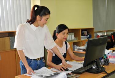 Cán bộ Chi cục Thuế thành phố Yên Bái ứng dụng công nghệ thông tin trong quản lý người nộp thuế.