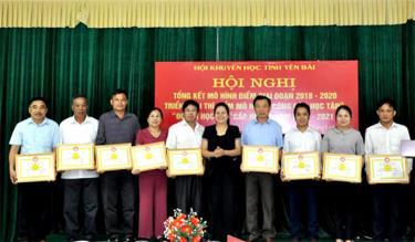 Các tập thể và cá nhân được tặng giấy khen của Hội Khuyến học tỉnh vì đã có thành tích xuất sắc trong triển khai mô hình điểm giai đoạn 2018 - 2020.