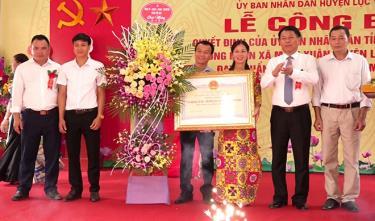 Đồng chí Nguyễn Văn Khánh – Phó chủ tịch UBND tỉnh trao Quyết định của UBND tỉnh công nhận xã Minh Xuân đạt chuẩn nông thôn mới năm 2020.