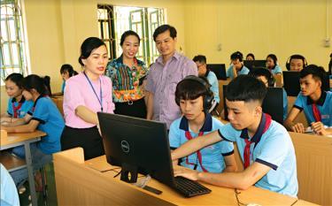 Phó Chủ tịch UBND huyện Nguyễn Lê Dũng kiểm tra giờ Tin học của học sinh Trường THCS thị trấn Yên Bình.