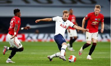 Kane (giữa) được nhiều CLB quan tâm, trong đó có Man Utd.