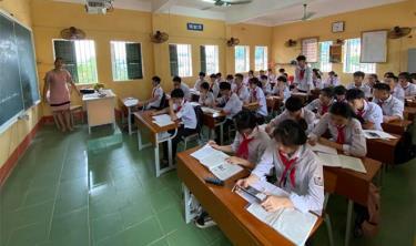 Một giờ ôn luyện của cô và trò lớp 9A, Trường THCS thị trấn Yên Bình, huyện Yên Bình.