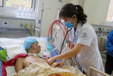 Những năm qua, Yên Bái không ngừng nâng cao chất lượng nhân lực ngành y tế, đáp ứng nhu cầu khám chữa bệnh của người dân. Trong ảnh: Thăm khám sức khỏe bệnh nhân sau ca mổ tại Bệnh viện Đa khoa tỉnh. (Ảnh: Minh Huyền)